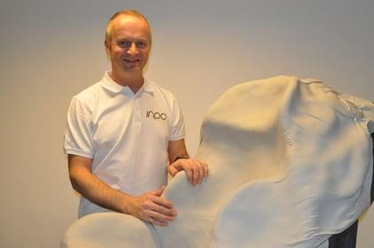 Mikal Bjåen fra Inpo viser hvordan et formstøp utføres.