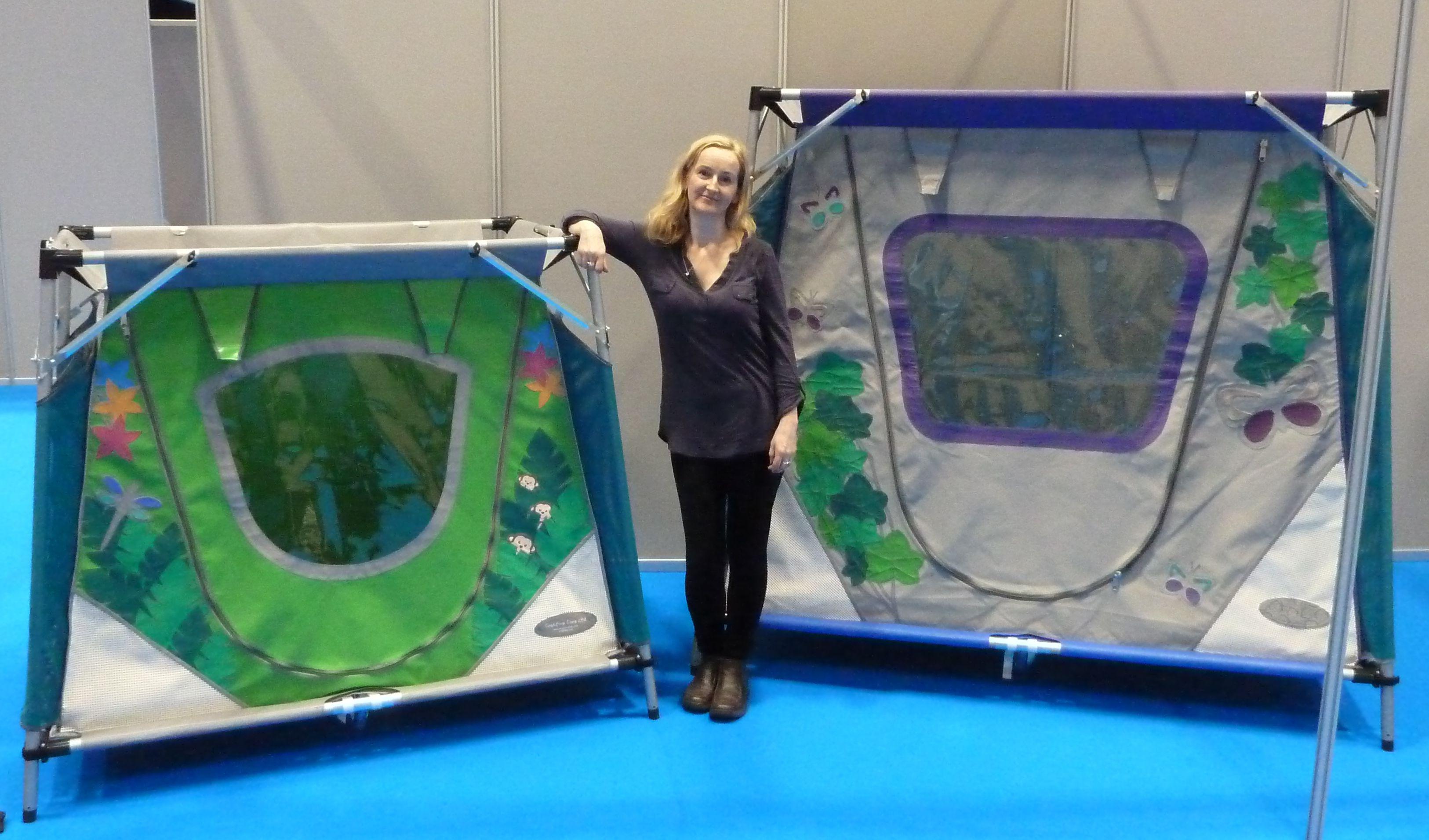 En dame viser to Safe & Sound-reisesenger i forskjellig størrelse.