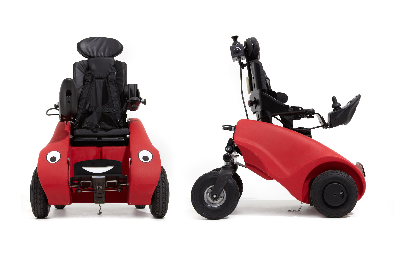 En rød WizzyBug, elektrisk rullestol for barn fra ca. 1–6 år, sett forfra og fra siden.