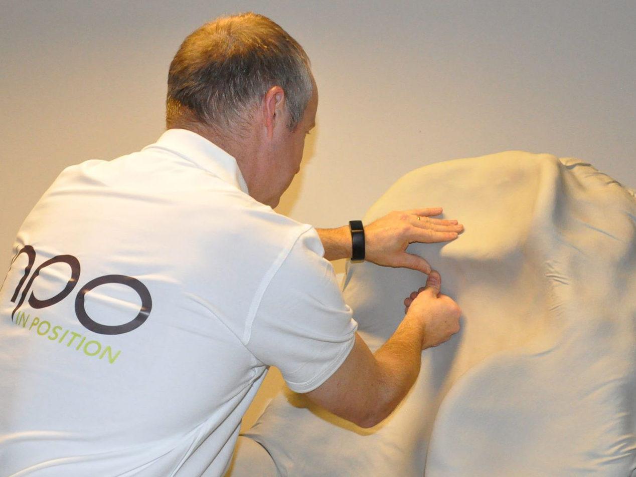 Mikal Bjåen fra Inpo gjør en manuell tilpasning av et formstøp.