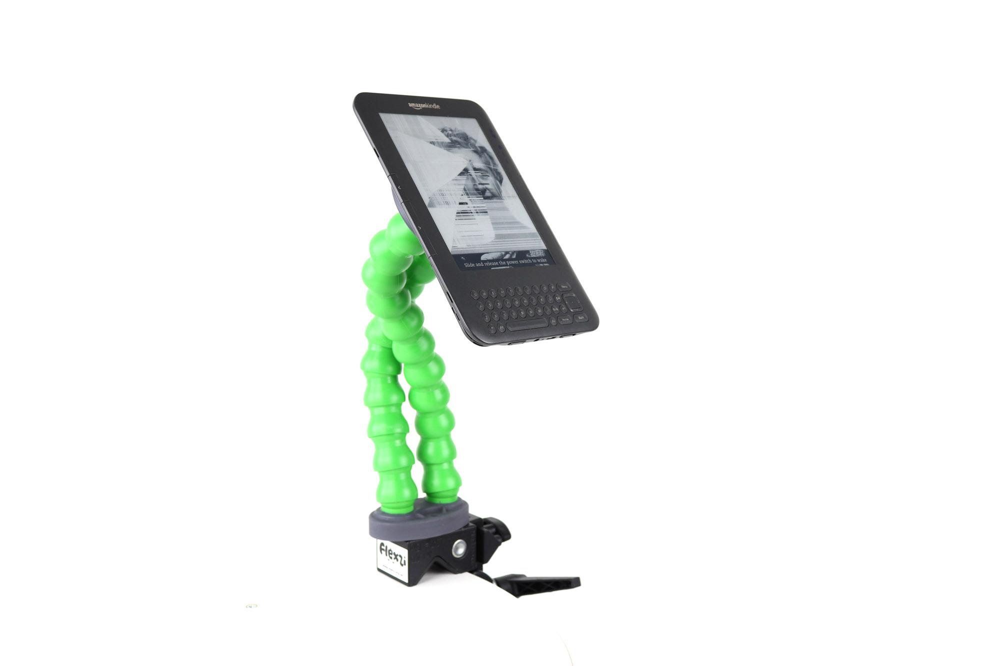 Kommunikasjonsstativet Flexzi 2 i grønt, montert med et Kindle lesebrett.