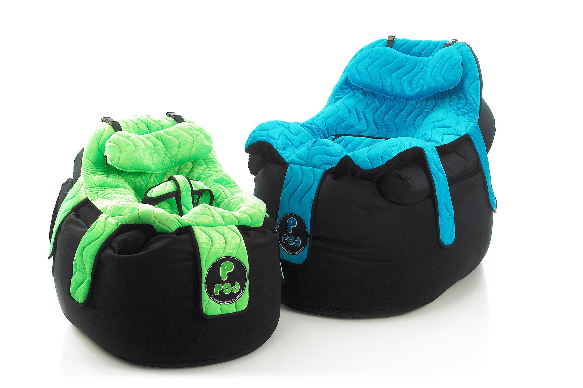 To P Pod-er, en grønn og en blå, den ene med sele til spedbarn, den andre klargjort for større barn eller unge voksne.