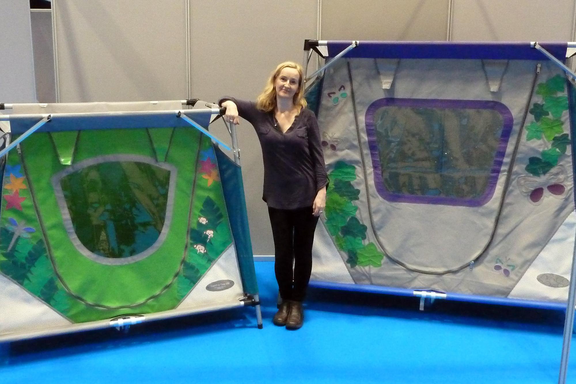 En dame viser frem to Safe & Sound-reisesenger med bare myke overflater.