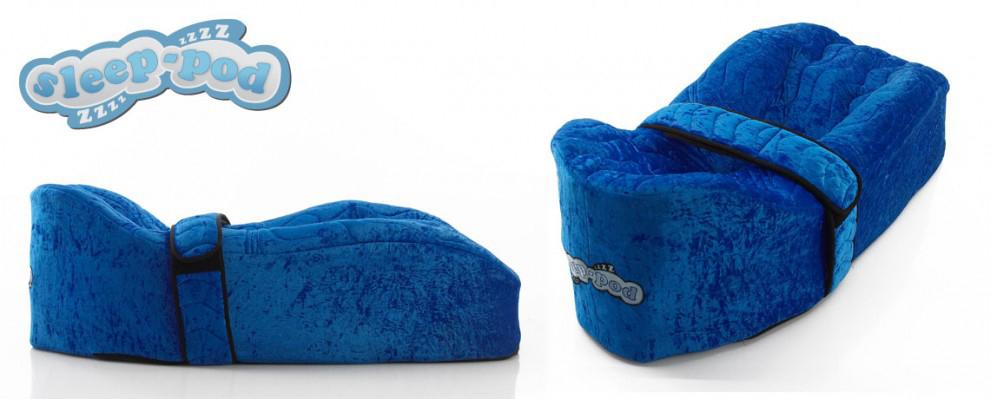 En blå Sleep Pod, vist fra to forskjellige vinkler, illustrerer hvorfor den gir god støtte for søvn og hvile.