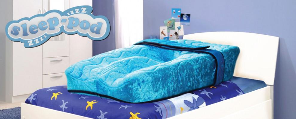 En blå Sleep Pod montert på et barnerom, og det myke beltet som sørger for sikker, individuell støtte for hvile og soving.